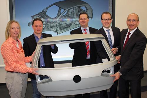 Mit ihrer Idee des Monats erleichtern die Volkswagen Mitarbeiter (v.re.) Heiner Rölecke, Tobias Rode, Marco Hirsch und Maik Tiersch die Planung eines reibungslosen Produktionsprozesses im Karosseriebau.