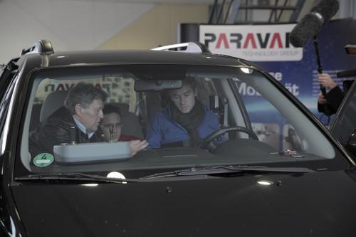 Samuel Koch bereitet sich mit Unterstützung des ehemaligen Mercedes-Rennleiters Norbert Haug darauf vor, mit einer Sondererlaubnis und einem entsprechenden Fahrzeug für gehandicapte Menschen wieder am öffentlichen Straßenverkehr teilnehmen zu dürfen.