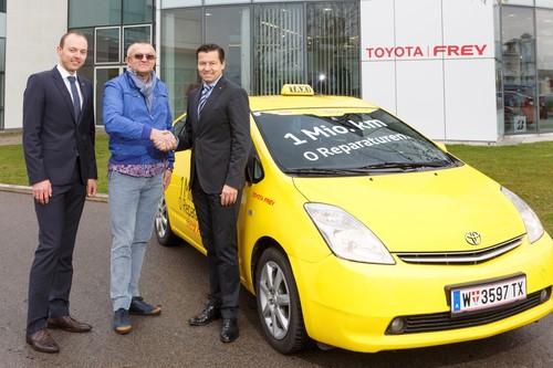 Der Toyota Prius legte eine Million Kilometer ohne außerplanmäßige Werkstattaufenthalte zurück: Toyota-Flottenmanager Manuel Retter (links) und Dr. Friedrich Frey (rechts), Geschäftsführer des österreichischen Importeurs, gratulieren Ökotaxi-Geschäftsführer Milan Milic.