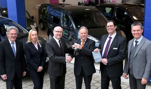 Die 65 Partner sind der größte Einzelauftrag für Peugeot Bayern in diesem Jahr: Mobilitätspartner (v.l.): NCR-Einkaufsleiter Eckhard Gseller, Sabine Pfeiffer (Key Account Managerin Peugeot Deutschland), Rüdiger Stubbe (Niederlassungsleiter Peugeot Bayern), Klaus Budich (NCR-Fuhrparkleiter), Patrick Jost (Verkauf Businesskunden Peugeot Bayern) und Wilko Agsten (Key Account Manager Peugeot Deutschland).