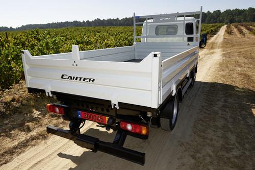Der Fuso Canter ist auch mit Pritsche und Kipper ab Werk lieferbar.