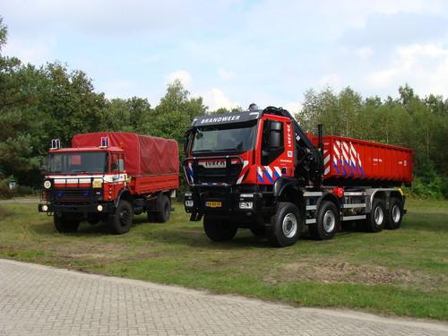 Iveco Trakker Hi-Land 8x8 für die niederländische Armee neben seinem Vorgängermodell zum Einsatz auf verschiedenen Sprengstofferprobungs- und Truppenübungsplätzen.
