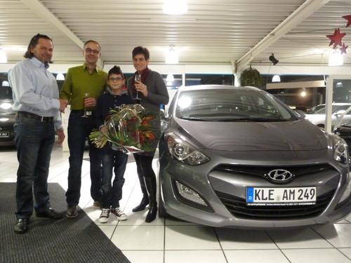 Zulassungsjubiläum (von links): Micheal Schröder übergibt den einmillionsten Hyundai an Mario, Julius und Anja Brekow.