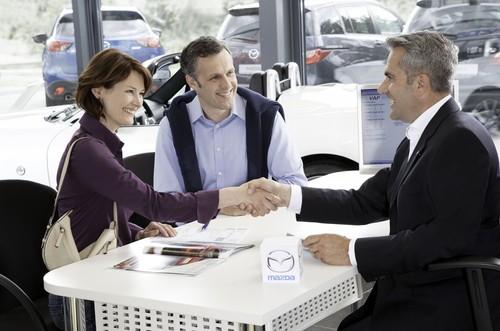 Verkaufsgespräch bei einem Mazda-Händler.