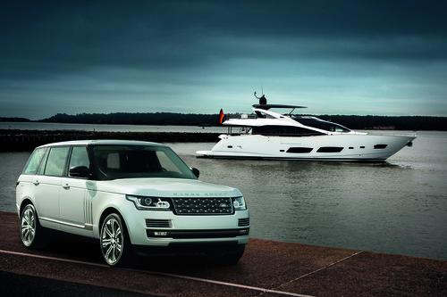 Range Rover LWB vor einer Sunseeker-Yacht.