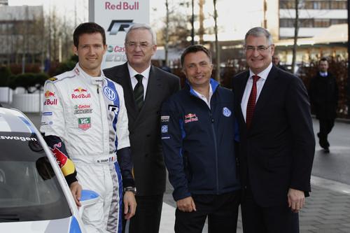 Verabschiedung des WRC-Teams in Wolfsburg (von links): Sébastian Ogier, VW-Chef Martin Winterkorn, Motorsportdirketor Jost Capito und Entwicklungsvorstand Heinz-Jakob Neußer.