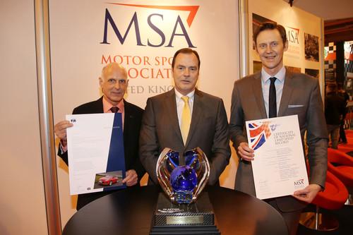 Offizielle Bestätigung für die 18 eingefahrenen Rekorde (von links): Volker Strycek, Opel Director Performance Cars & Motorsport, MSA-Präsident Alan Gow und Vauxhall-Chef Duncan Aldred.