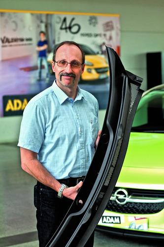 170 Komponenten beim Opel Adam sind so genannte Rezyklate: Uwe Ruster, Opel Lead Engineer Recycled/Sustainable Materials, mit einem Wasserabweiser aus recyceltem Kunststoff.