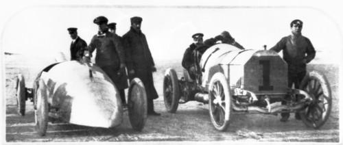 William K. Vanderbilt jr. (Startnummer 1) am Steuer seines Mercedes 90 PS Rennwagens.