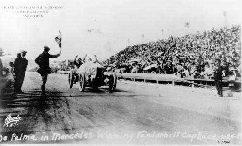 Vanderbilt-Rennen (auf der Strecke von Santa Monica bei Los Angeles) am 26. Februar 1914. Ralph de Palma bei der Zieleinfahrt. Er gewann das Rennen mit einem 37/95 PS Mercedes Rennwagen.