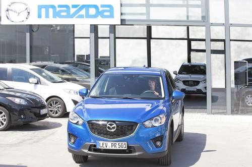 Start zu einer Probefahrt bei einem Mazda-Händler.
