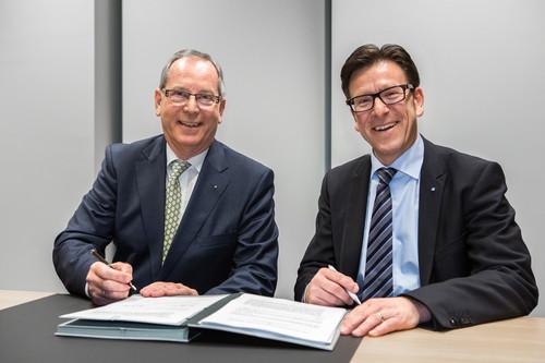 Verlängerung die Versicherungspartnerschaft: ADAC-Präsident Peter Meyer (links) und Zurich-Vorstandsvoritzender Ralf Brand.