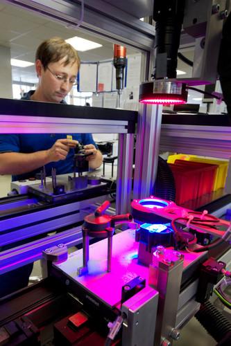 Optische Prüfung einer Wasserumwälzpumpe bei der Pierburg Pump Technology GmbH in Hartha.