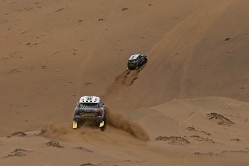 12. Etappe der Dakar 2014: Stéphane Peterhansel vor Joan Nani Roma.