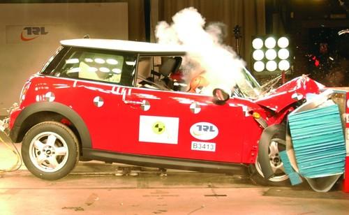 Crashtest: Der Gurt ist der Lebensretter Nummer eins.
