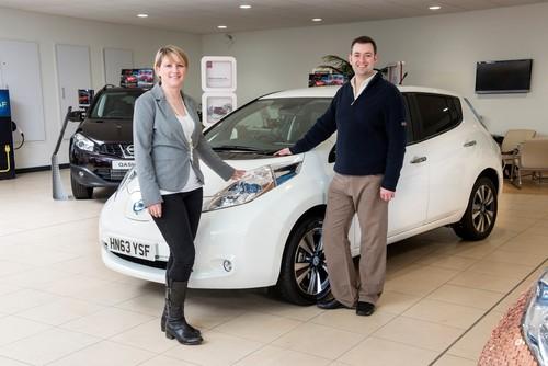 Brett Garner und seine Frau vor ihrem Nissan Leaf.