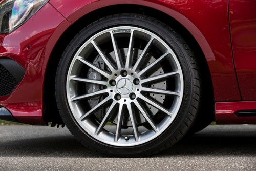 Mercedes-Benz CLA 45 AMG fährt auf Dunlop Sport Maxx RT.