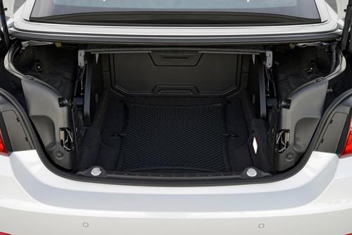 BMW 4er Cabrio: Auf Knopfdruck fährt das Dach so weit hoch, dass man die 222 Liter des Kofferraums darunter gut erreichen kann.
