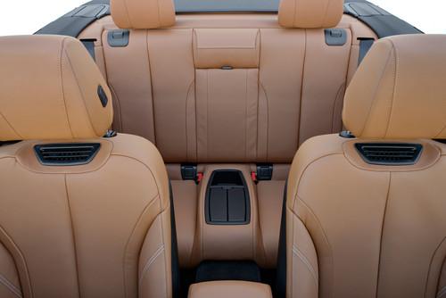 BMW 4er Cabrio: Warmluft aus dem Kopfstützen ermöglicht das Fahren auch in den Übergangszeiten.