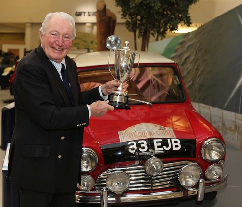 Paddy Hopkirk mit dem Mini Cooper der Rallye Monte Carlo 1964: