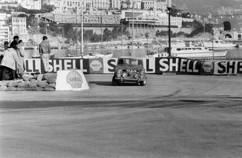 Paddy Hopkirk und Henry Liddon im Mini Cooper bei der Rallye Monte Carlo 1964.