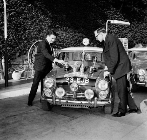 Paddy Hopkirk und Henry Liddon mit dem Mini Cooper bei der Rallye Monte Carlo 1964.
