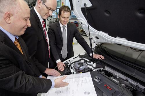 """""""Idee des Jahres 2013"""" der Volkswagen-Mitarbeiter (v-l.): Ševket Ćelović und Alfons Laumann (50, Gifhorn) aus der Aggregate-Entwicklung in Wolfsburg erläutern ihrem Chef Friedrich Eichler die Erfindung."""