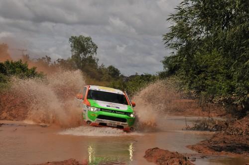 Mitsubishi Outlander PHEV bei der Asia Cross Country Rally 2013.