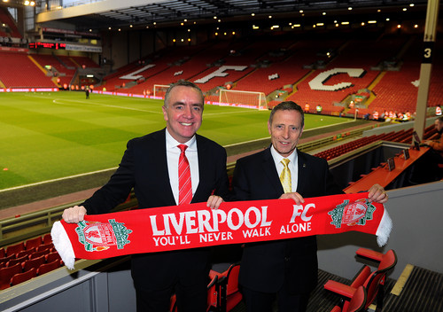 Ian Ayre, Geschäftsführer des FC Liverpool, und Vauxhall-Marketingleiter Keith Michaels (rechts).