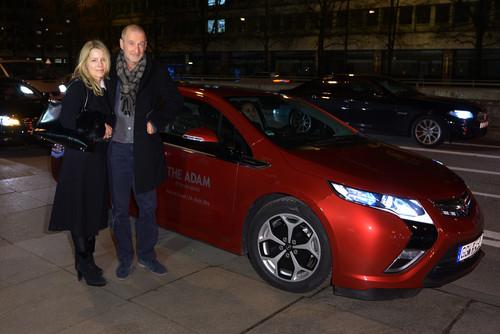 """Eröffnung der Opel-Ausstellung """"The Adam by Bryan Adams"""": Schauspieler Peter Lohmeyer und seine Begleiterin Flavia Thumshim nutzen den Shuttle-Service mit dem Ampera."""