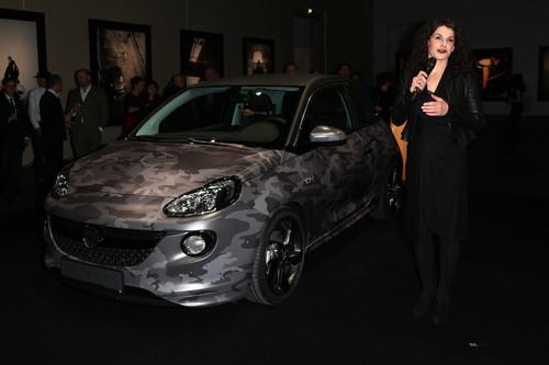 """Opel-Ausstellung """"The Adam by Bryan Adams"""": Marketingvorstand Tina Müller mit dem von Bryan Adams designten Adam Camouflage."""