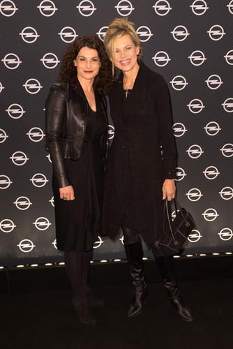 """Eröffnung der Opel-Ausstellung """"The Adam by Bryan Adams"""": Marketingchefin Tina Müller (l.) und Moderatorein Nina Ruge."""