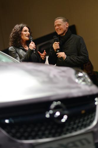 """Eröffnung der Opel-Ausstellung """"The Adam by Bryan Adams"""": Marketingvorstand Tina Müller im Gespräch mit Bryan Adams ."""