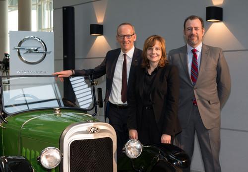 Opel-Chef Karl-Thomas Neumann, GM-Vorstandsvorsitzende Mary Barra und GM-Präsident Daniel Ammann an einem Opel Laubfrosch von 1924.