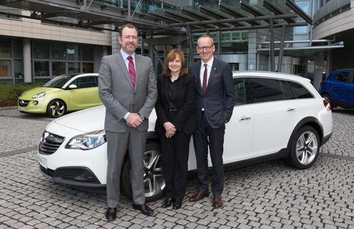 GM-Präsident Daniel Ammann, GM-Vortsnadsvorsitzende Mary Barra und Opel-Chef Dr. Karl-Thomas Neumann vor einem Opel Insignia Country Tourer.