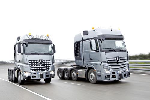 Mercedes-Benz Arocs SLT 4258 (links) und Actros SLT 4163.