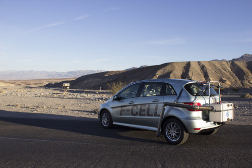 """The Death Valley Experiment"": Diane Kruger und Joshua Jackson mit dem Mercedes-Benz B-Klasse F-Cell im Death Valley, USA."