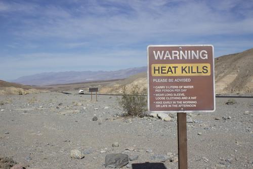 """""""The Death Valley Experiment"""": Diane Kruger und Joshua Jackson mit dem Mercedes-Benz B-Klasse F-Cell im Death Valley, USA."""
