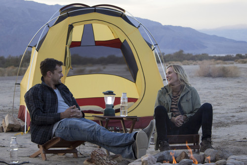 """The Death Valley Experiment"": Diane Kruger und Joshua Jackson mit dem Mercedes-Benz B-Klasse F-Cell und Zelt im Death Valley, USA."