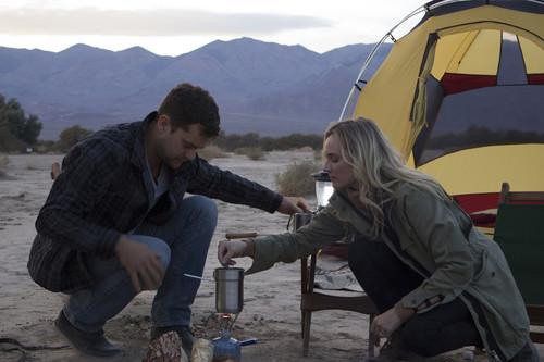 """""""The Death Valley Experiment"""": Diane Kruger und Joshua Jackson mit dem Mercedes-Benz B-Klasse F-Cell und Zelt im Death Valley, USA."""