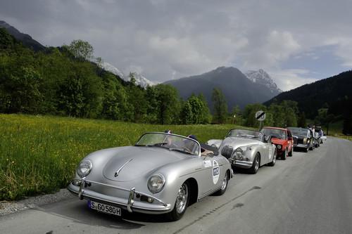 Kitzbüheler Alpenrallye: ein Porsche 356 Speedster vor einem Jaguar XK und einem VW Golf sowie einem alten Mercedes-Benz S.