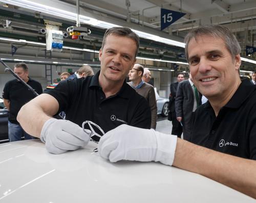 Produktionsanlauf der  C-Klasse in Bremen: Für die Montage des Sterns am ersten Fahrzeug für einen Kunden waren zuständig: Markus Schäfer, der neue Produktions- und Einkaufsvorstand von Mercedes-Benz (links) und Personalvorstand Wilfried Porth.