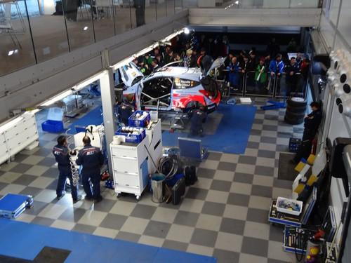 Blick von der Galerie des WRC-Pavillons von Hyundai.
