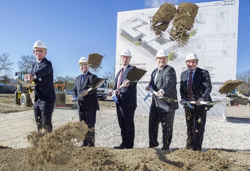Audi schafft neue Büros (v.l.): Audi-Planungschef Arne Lakeit und Gesamtbetriebsratsvorsitzender Peter Mosch sowie Wolfram Wiesböck und Stephan Bock (beide Geschäftsführer der Audi Real Estate GmbH) beim ersten Spatenstich.