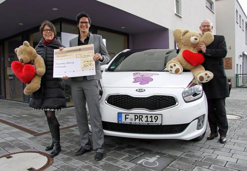 Spendenübergabe (von links): Gabriele Müller (Geschäftsführerin der Stiftung Bärenherz), Katharina Günther (Autohaus Günther, Händlervertreterin) und Martin van Vugt (Geschäftsführer von Kia Deutschland).