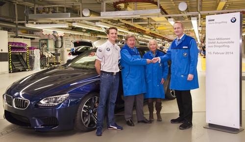 Der neunmillionste BMW aus Dingolfing: Monatgeleiter Robert Küssel (rechts) und DTM-Werksfahrer Dirk Werner übergeben Heidi und Dirk Schulz, symbolisch den Fahrzeugschlüssel für den M6 Gran Coupé.