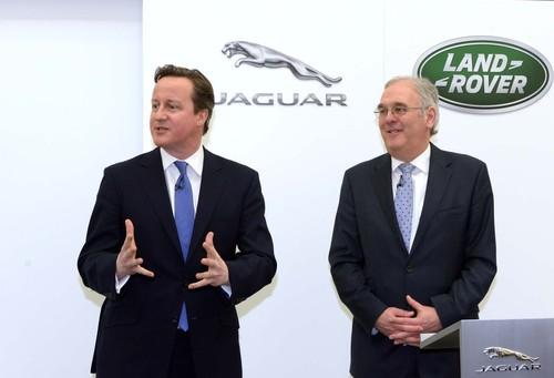 Premierminister David Cameron und Mike Wright, Executive Director, Jaguar Land Rover.