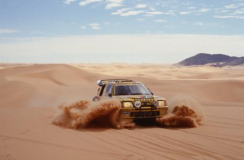 Peugeot 205 Turbo 16 bei der Rallye Paris-Dakar.