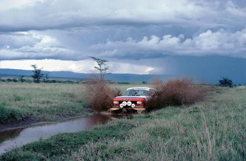 Peugeot 504 Coupé V6 bei einer Rallye in Afrika.