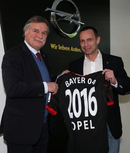 Michael Schade, Geschäftsführer von Bayer 04 Leverkusen, und Jürgen Keller, Opel-Vertriebschef für den deutschen Markt (rechts).